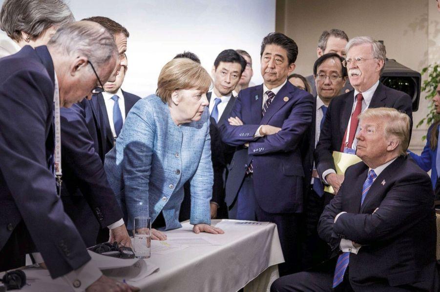 Au Canada, lors du G7 en 2018, face à Angela Merkel, Emmanuel Macron et Shinzo Abe. Le protectionnisme est l'une de ses armes dans la guerre commerciale qu'il a déclarée au monde entier. Partenaires historiques compris.