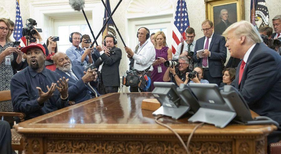 Meute de journalistes dans le bureau Ovale pour une mise en scène inédite. Donald Trump n'y reçoit pas un chef d'Etat mais le rappeur Kanye West, en 2018.