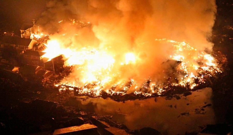 Les flammes ravagent la ville de Natori, dans la préfecture de Miyagi.