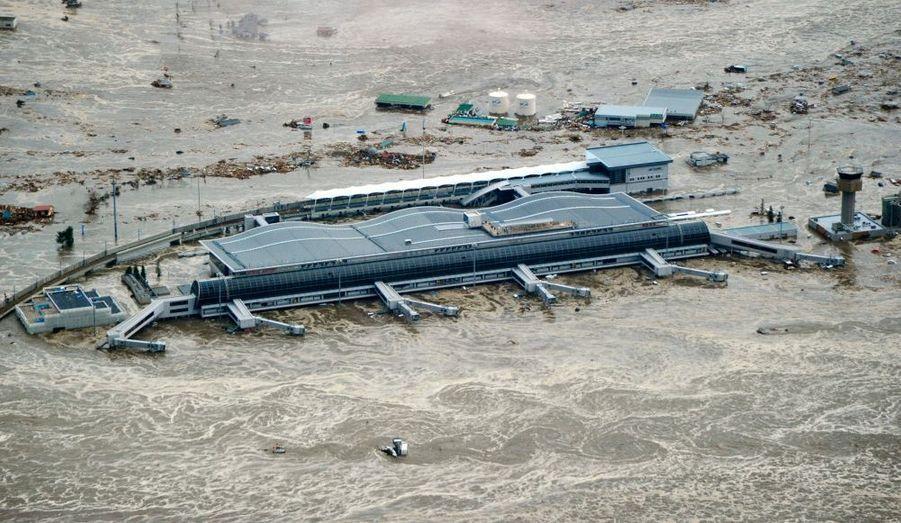 L'aéroport de Sendai sous les flots