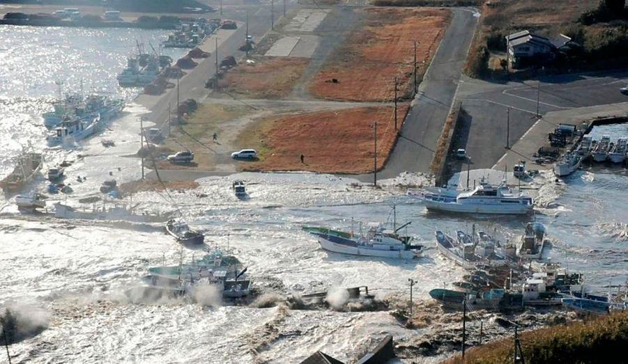 La vague du tsunami qui a frappé le Japon faisait dix mètres de hauteur selon les témoins.