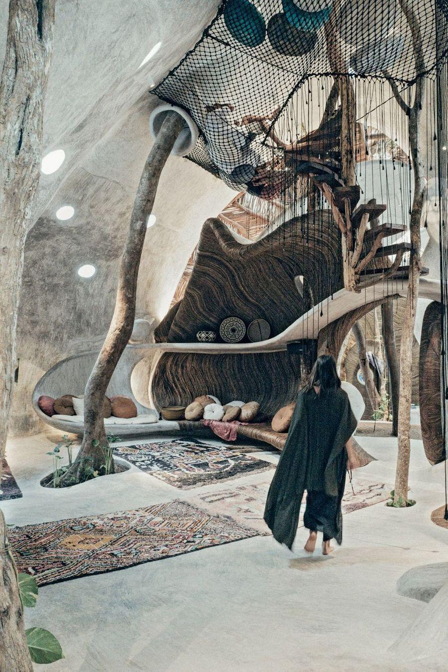 La galerie d'art Azulik Uh May, perdue dans la forêt tropicale, à une heure de Tulum et inaugurée le 30 novembre 2018. L'architecture est 100 % écoresponsable.