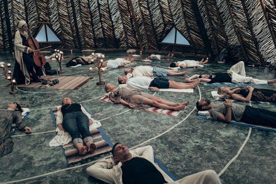 Violoncelle et méditation, séanceorganisée par Eeva & Osham group: la voie vers l'harmonie, qu'emprunte le plus souvent possible Yolanda Hadid (au centre en tunique marron), la mère des mannequins Bella et Gigi.
