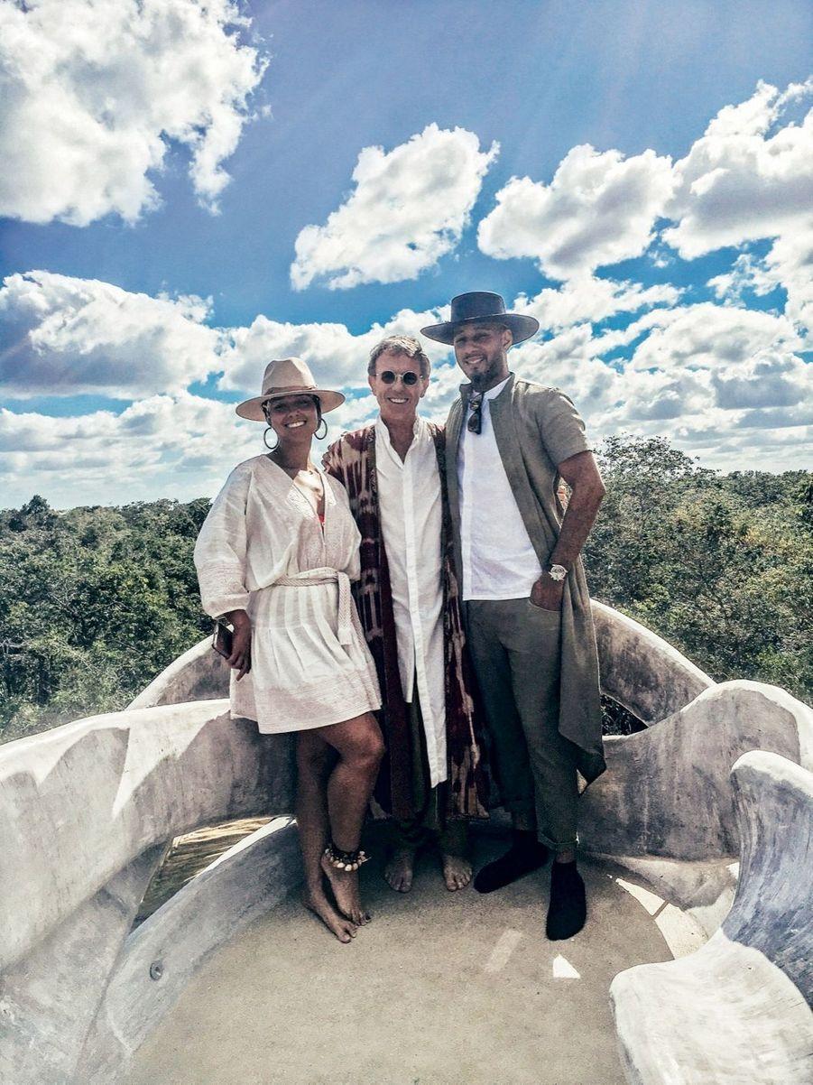 Autour d'Eduardo Neira, le propriétaire de l'hôtel Azulik, deux habitués des lieux : la chanteuse Alicia Keys et son mari, Swizz Beatz.