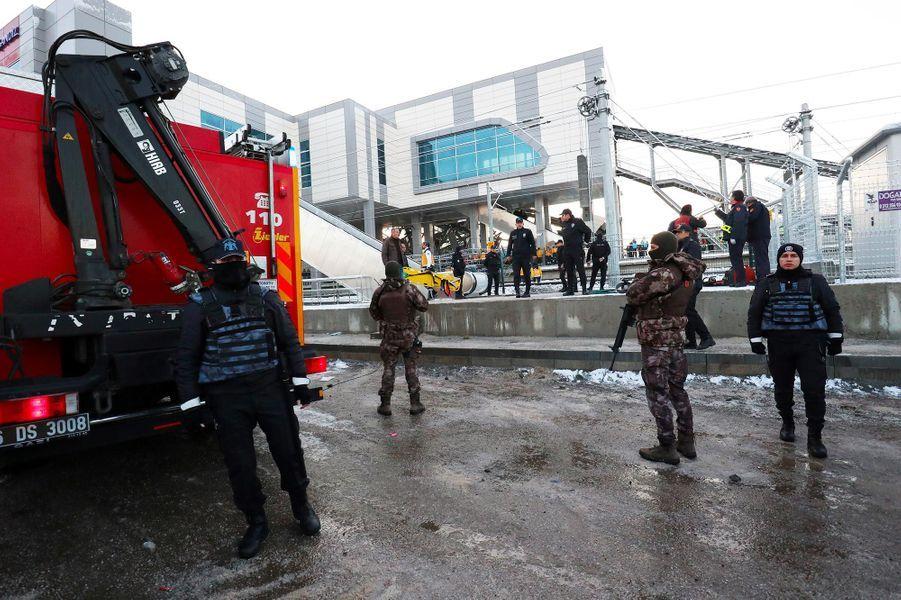 Un train à grande vitesse a percuté une locomotive à Ankara, le 13 décembre 2018.