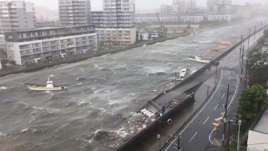 Les impressionnantes images du typhon Jebi à Nishinomiya, au Japon