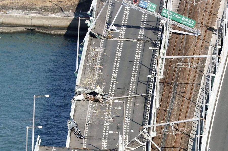 Le typhon Jebi qui a balayé mardi l'ouest du Japon, le plus violent à avoir frappé directement l'archipel en 25 ans, a fait au moins onze morts et 300 blessés.