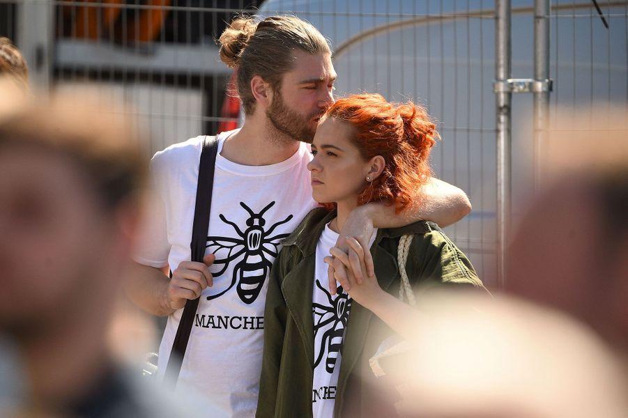 Manchester a rendu hommage mercredi aux victimes de l'attentat qui a frappé la ville il y a tout juste un an