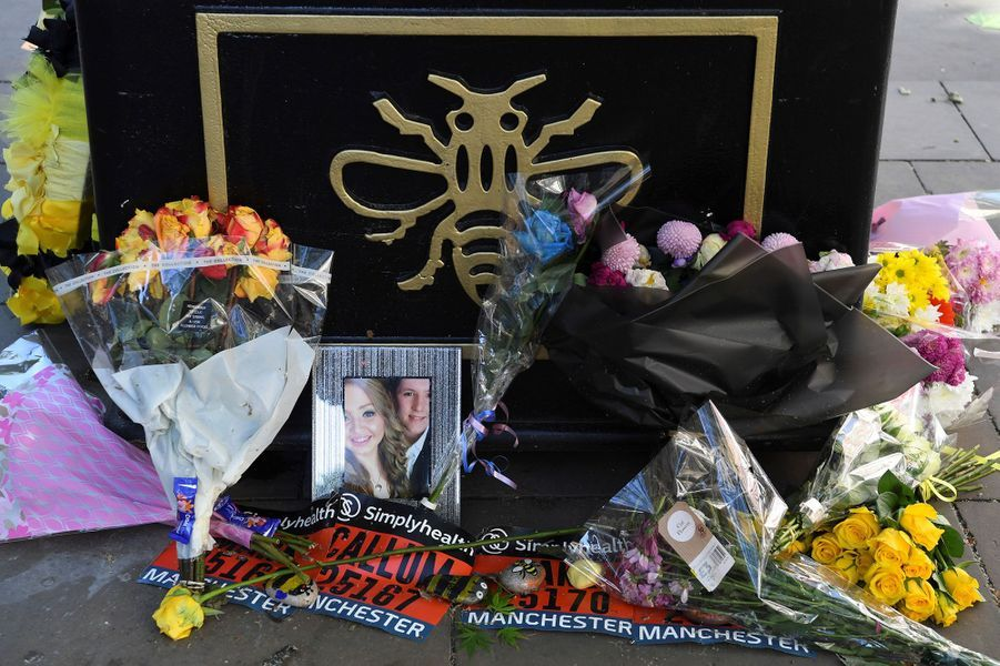 Manchester a rendu hommage mardi aux victimes de l'attentat qui a frappé la ville il y a tout juste un an