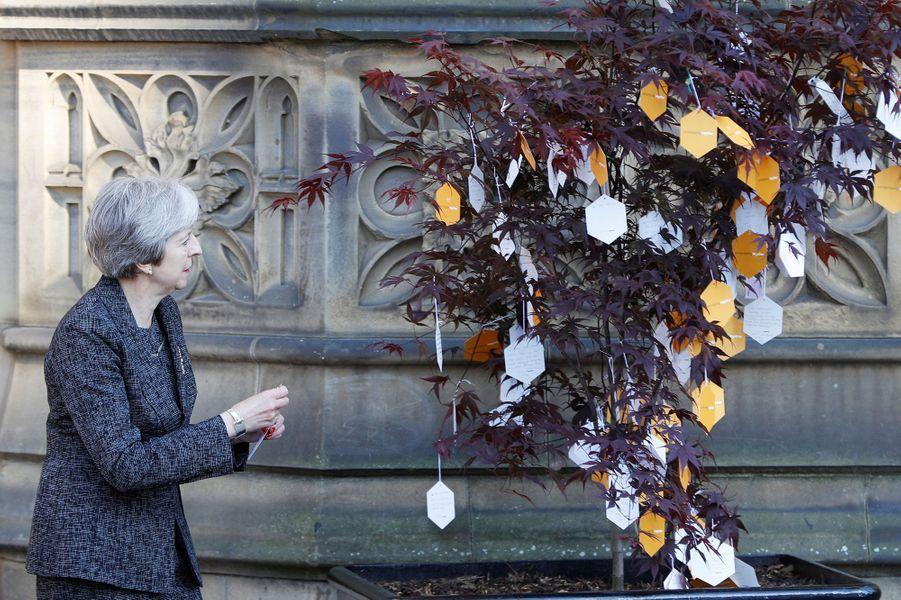 La première ministre britanniqueTheresa May dépose un message à la mémoire des victimes de l'attentat de Manchester