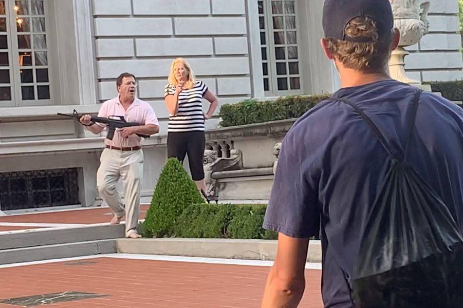 Un couple armé a menacé des manifestants à St Louis, le 28 juin 2020.
