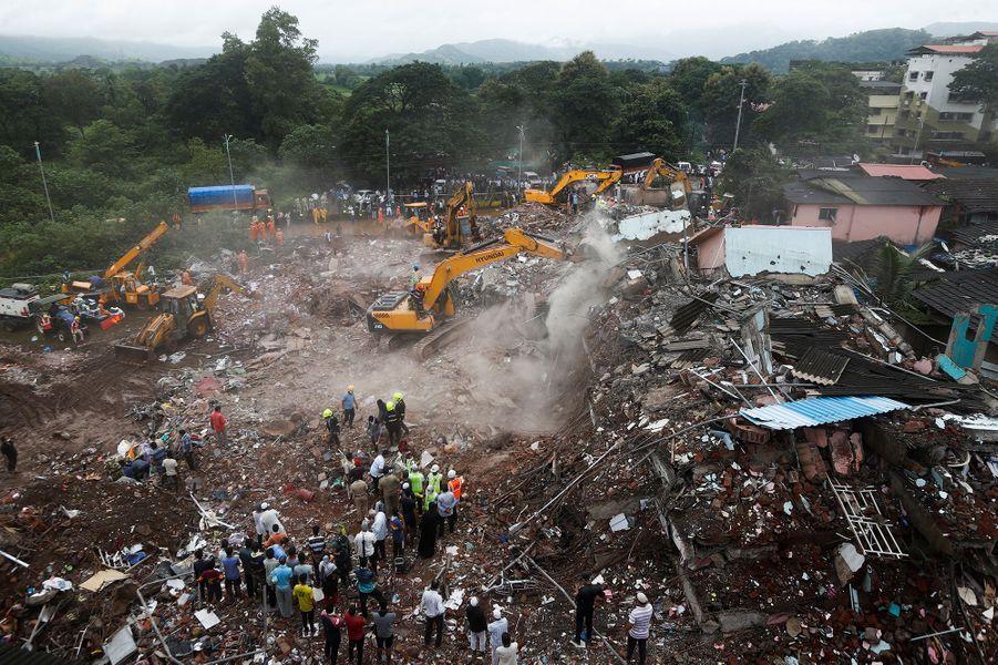 Les secours recherchent des survivants après l'effondrement d'un immeuble en Inde, lundi