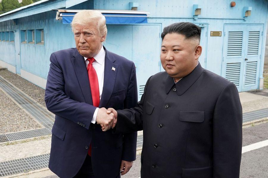 Le président des Etats-Unis Donald Trump est devenu ce dimanche matin le premier président américain à franchir la frontière nord-coréenne aux côtés du dictateur de Pyongyang Kim Jong-un.