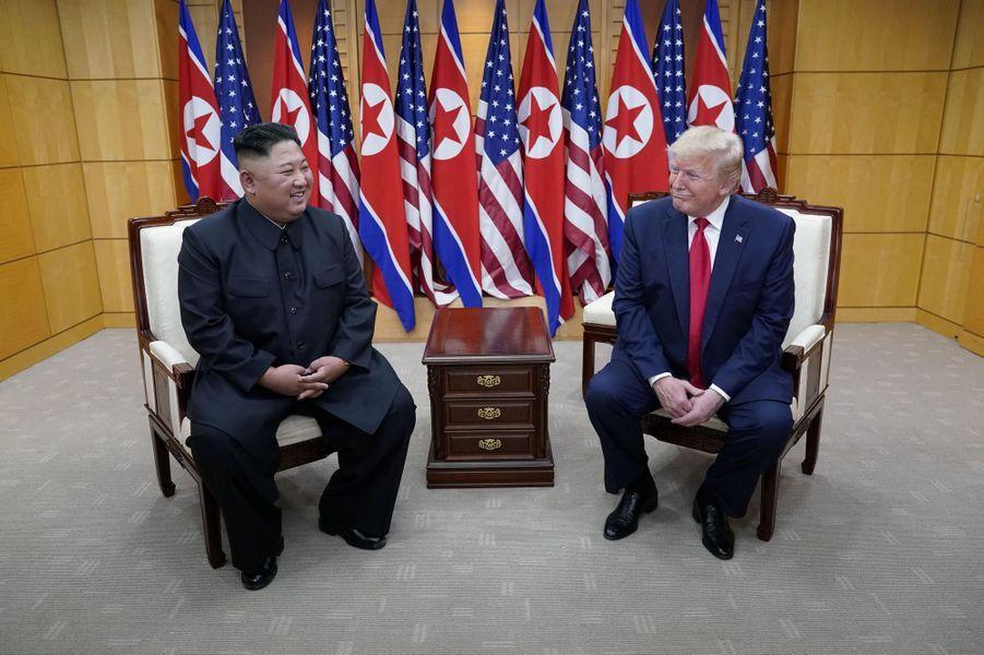 Kim Jong un et Donald Trump se sont ensuite entretenus pour un sommet improvisé.