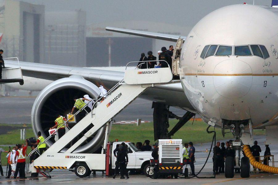 En appuyant par accident sur le bouton d'alerte, un pilote de la Saudia Arabian Airlines a faitcraindre un détournement et provoqué un important déploiement sécuritaire à Manille, le 20 septembre 2016.