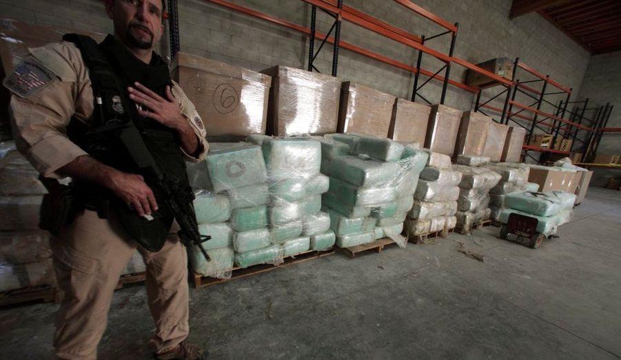 Un agent de l'immigration américaine et des douanes (ICE) monte la garde