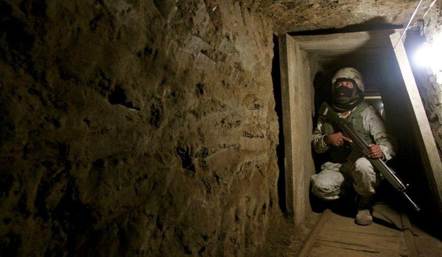 Un soldat mexicain dans le tunnel