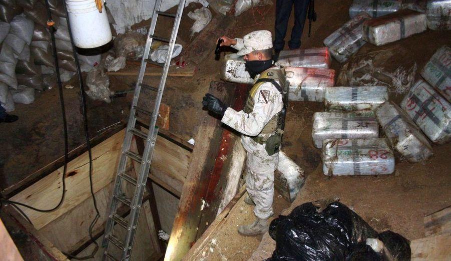 Un soldat mexicain se tenant à l'entrée du tunnel