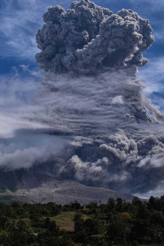 Un nuage de 5000 mètres s'est échappé du volcan Sinabung.