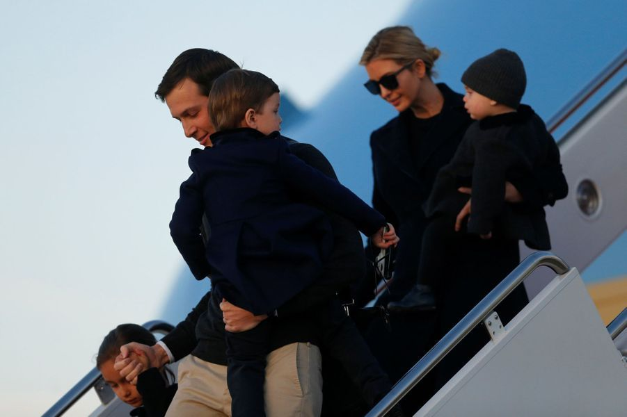Jared Kushner, Ivanka Trump et leurs enfants Arabella, Joseph et Theodore descendent d'Air Force One à l'aéroport de Palm Beach, le 3 mars 2017.