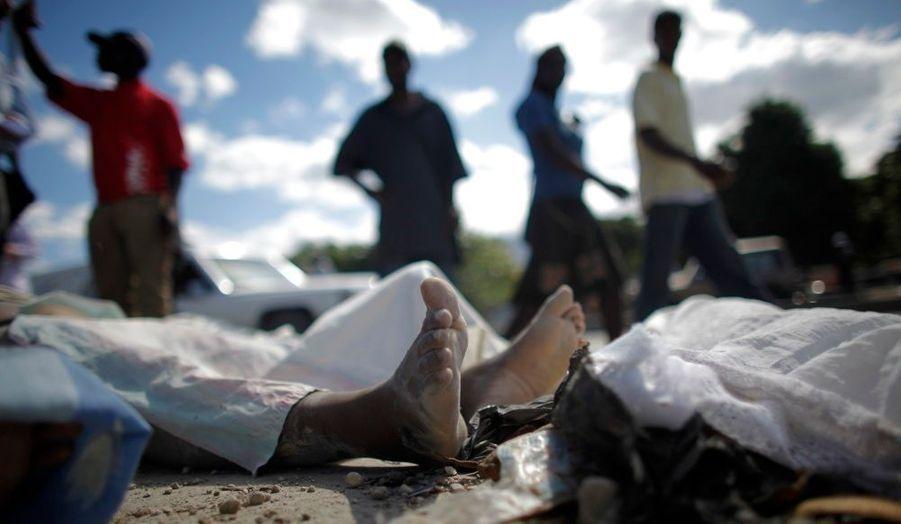 En attendant d'être enterrés, les morts côtoient les vivants dans les rues de Port-au-Prince