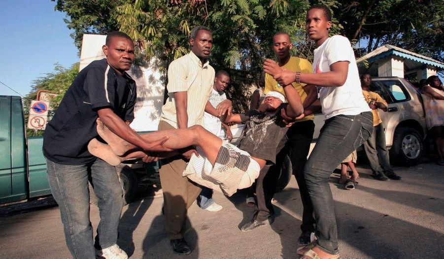 Malgré leur malheur, la population reste solidaire et aide les blessés