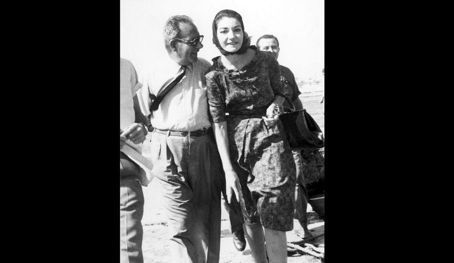 Maria Callas et un journaliste, arrivent sur Skorpios