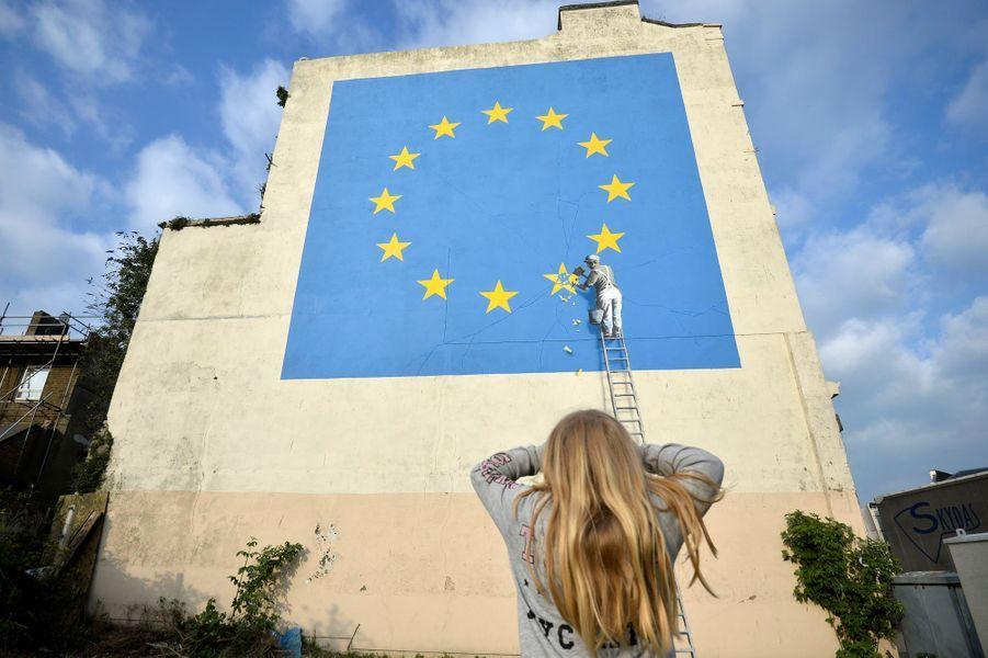 La nouvelle oeuvre de Banksy, à Douvres, en Angleterre.