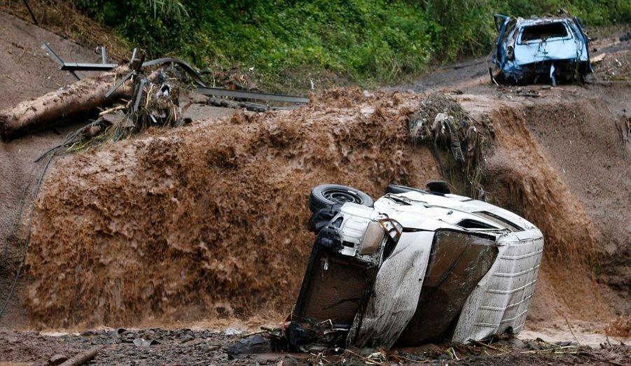 La petite ville balnéaire de Ribeira Brava, à une vingtaine de kilomètres à l'ouest de Funchal, reste inaccessible par la route, des pans entiers de la voie rapide qui entoure l'île s'étant effondrés.