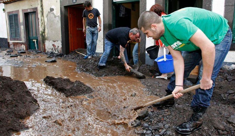 La population de la ville aidée par les secours tente de déblayer les rues.