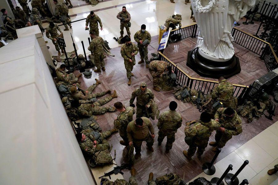 Des membres de la garde nationale au Capitole, à Washington, le 13 janvier 2021.