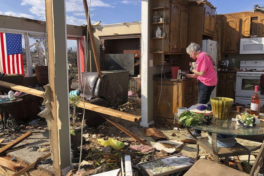 Une personne est morte et au moins cinq autres ont été hospitalisées avec des blessures sérieuses après le passage d'une tornade sur la ville dedeFultondale, dans le comté de Jefferson (Alabama), aux Etats-Unis.