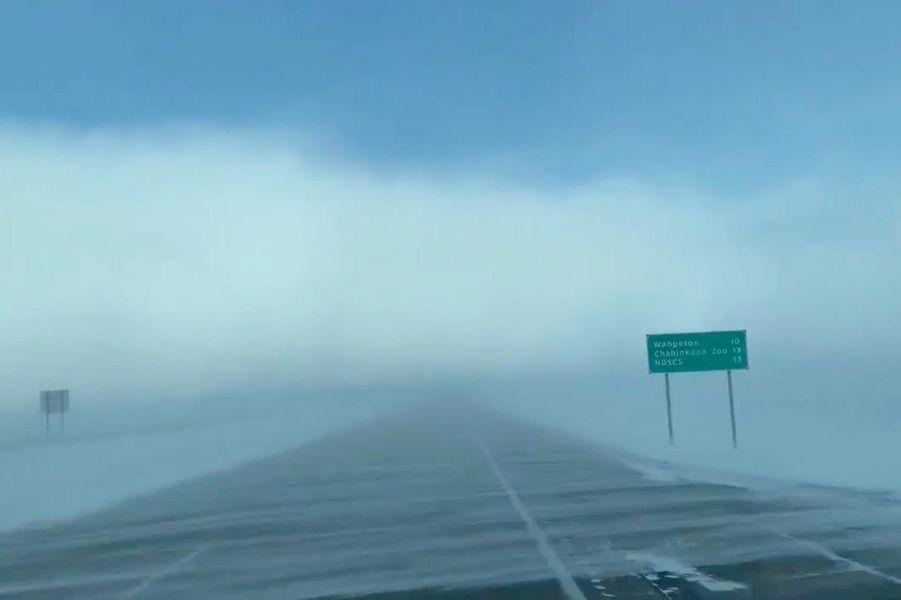 Une route enneigée àWahpeton, dans le Dakota du Nord, le 29 janvier 2019.