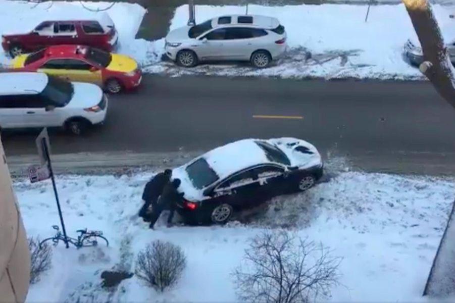 Une voiture en difficulté à Chicago, dans l'Illinois, le 29 janvier 2019.