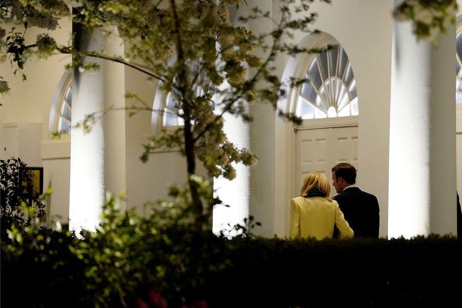 Brigitte et Emmanuel Macron sous les colonnades de la Maison-blanche, lundi soir.