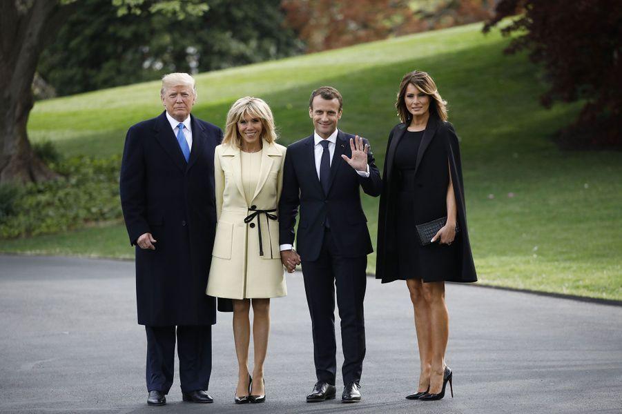 Donald Trump, Brigitte Macron, Emmanuel Macron et Melania Trump à la Maison-blanche, lundi.