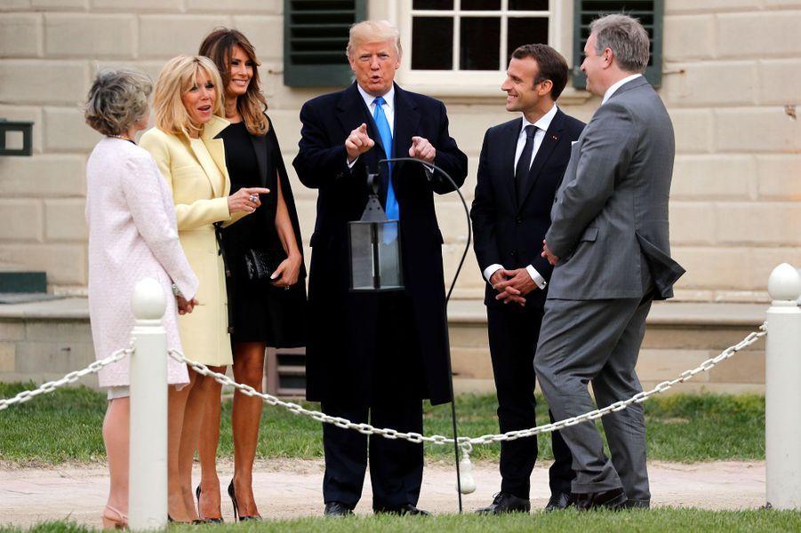 Les couples Macron et Trump à Mount Vernon. A leurs côtés,Sarah Miller Coulson, une responsable associative, etDoug Bradburn, qui dirige le site historique.