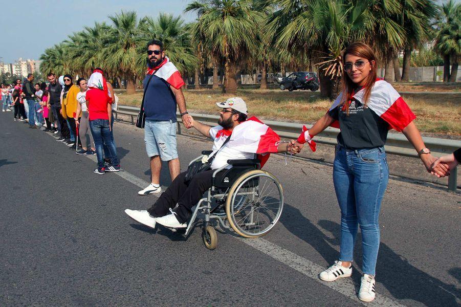 Des dizaines de milliers de Libanais ont formé une chaîne humaine le long de la côte du pays, le 27 octobre 2019.