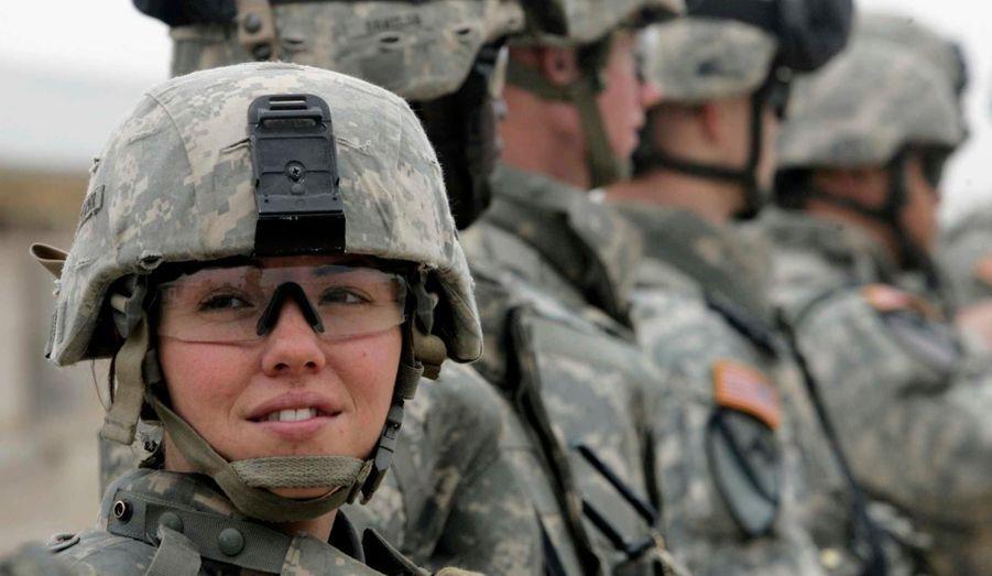 L'armée américaine a officiellement levé jeudi l'interdiction faite aux femmes soldats de servir aux combats, a indiqué le secrétaire à la Défense, Leon Panetta -qui devrait bientôt être remplacé par l'ancien sénateur républicain du Nebraska, Chuck Hagel. Cette mesure était en vigueur depuis 1994. La nouvelle sera mise en vigueur d'ici à 2016, le temps de permettre certains ajustements. En attendant, voici quelques images de femmes engagées dans l'US army. Ici, Jennifer Fifield, du 2d bataillon du 12e régiment de cavalerie, assiste à un briefing au camp Hourriya, ou Liberty, une ex-base militaire américaine près de Bagdad (en 2007).