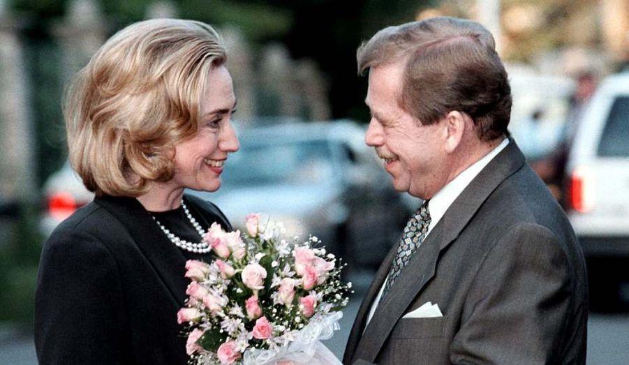 Vaclav Havel va beaucoup s'appuyer sur son amitié avec le couple Clinton pour intégrer progressivement la Tchécoslovaquie au monde occidental.