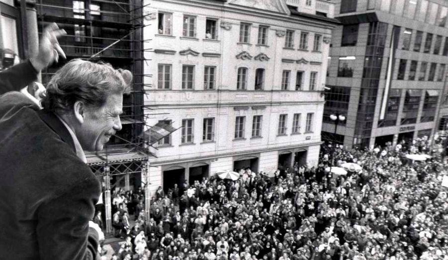 Il était la «conscience éclairée» de la République tchèque, une autorité morale dont l'influence dépassait le cadre de l'Europe de l'Est post-communiste. Vaclav Havel est décédé à l'âge de 75 ans des suites d'une longue maladie et ce sont de nombreux défenseurs des droits de l'Homme qui pleurent l'homme de la Révolution de velours. En 1989, alors que le bloc des pays de l'Est s'effrite, il prend la tête du mouvement des manifestations pacifiques de grande ampleur qui provoquent la chute du régime communiste. Il négocie la fin de ce dernier et, sept semaines plus tard, après avoir été élu président de l'Assemblée fédérale de Tchécoslovaquie, il s'installe au Château de Prague.