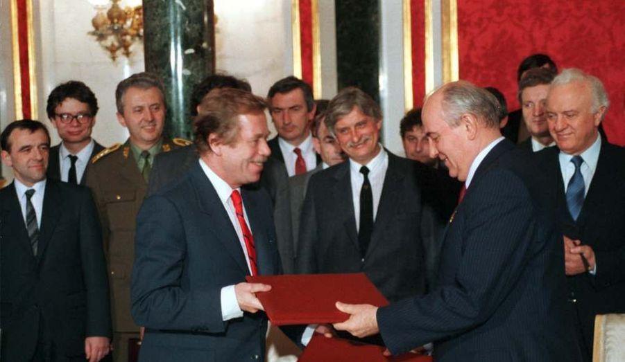 Photo prise le 27 février 1990, lors de la signature d'un traité de coopération entre la Tchécoslovaquie et l'Union soviétique. L'intelligence de Vaclav Havel est pour beaucoup dans la normalisation des relations avec l'URSS, qui deviendra la Russie quelques mois plus tard.