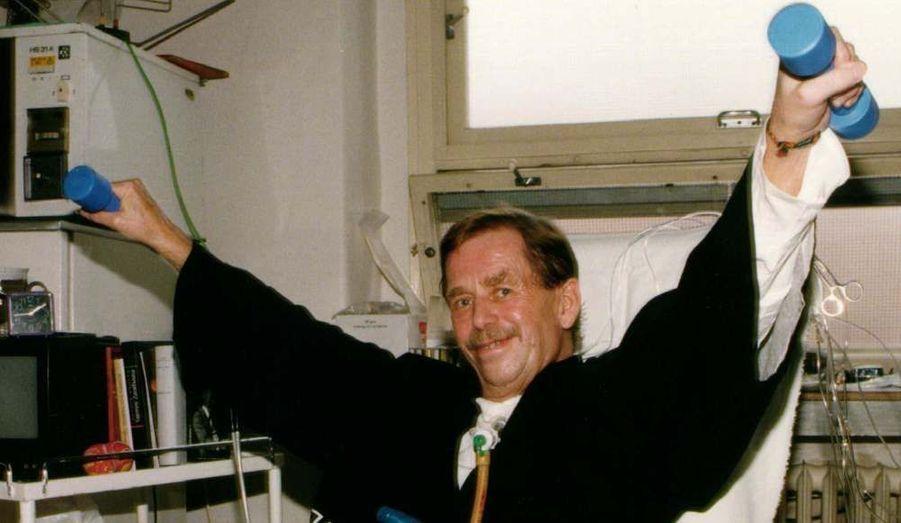 En 1996, il frôle la mort. Hospitalisé pour une simple pneumonie, il est opéré d'une tumeur maligne.