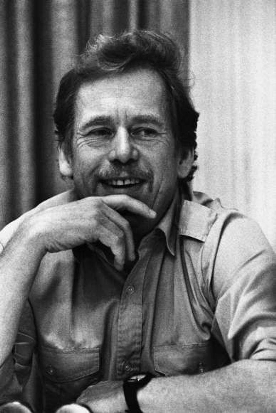 Dès l'âge de 19 ans, notre jeune Praguois entame une carrière de dramaturge. Ses premières pièces de théâtre absurdes et politiques lui valent de connaître quelques ennuis avec les autorités culturelles de son pays, mais c'est surtout après la répression du Printemps de Prague, en 1968 que le jeune écrivain devient une vraie figure de la dissidence. Censuré pour ses pièces, il devient en 1977 l'un des co-fondateurs de la Charte 77, une pétition qui exige du gouvernement du président Gustav Husak de respecter les droits de l'Homme et d'avancer sur le chemin de la démocratie. Emprisonné cinq ans pour son combat politique, Vaclav Havel ne cessera dès lors de combattre le totalitarisme, en Tchécoslovaquie et au-delà.