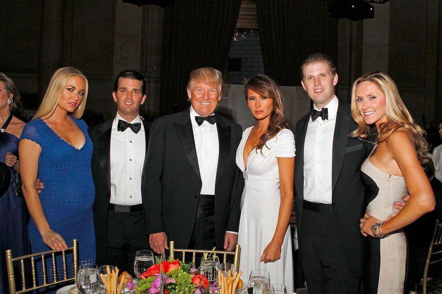 Vanessa et Donald Trump Jr, avec Donald, Melania, Eric et Lara Trump, en mai 2012.