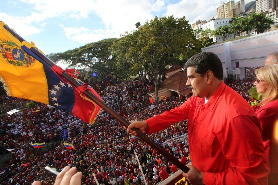 Les partisans de Nicolas Maduro ont également manifesté à Caracas devant le palais présidentiel.