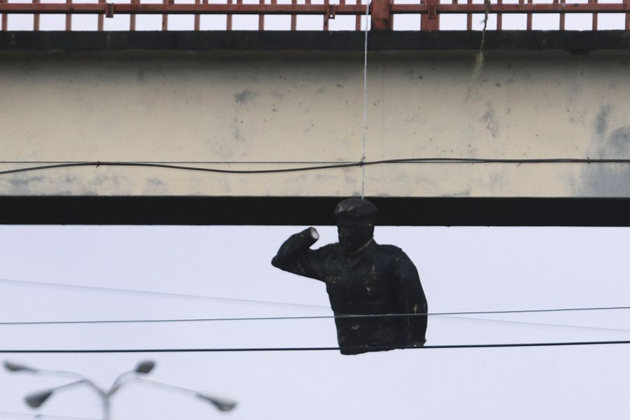 Le Venezuela est plus que jamais au bord de la guerre civile. La statue de Chavez a été déboulonnée.