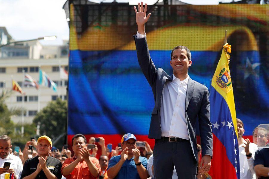 Depuis une estrade devantla représentation de l'Union européenne à Caracas, dans le quartier de Las Mercedes, le chef de l'opposition a annoncél'arrivée dans les prochains jours d'une aide humanitaire destinée au pays.