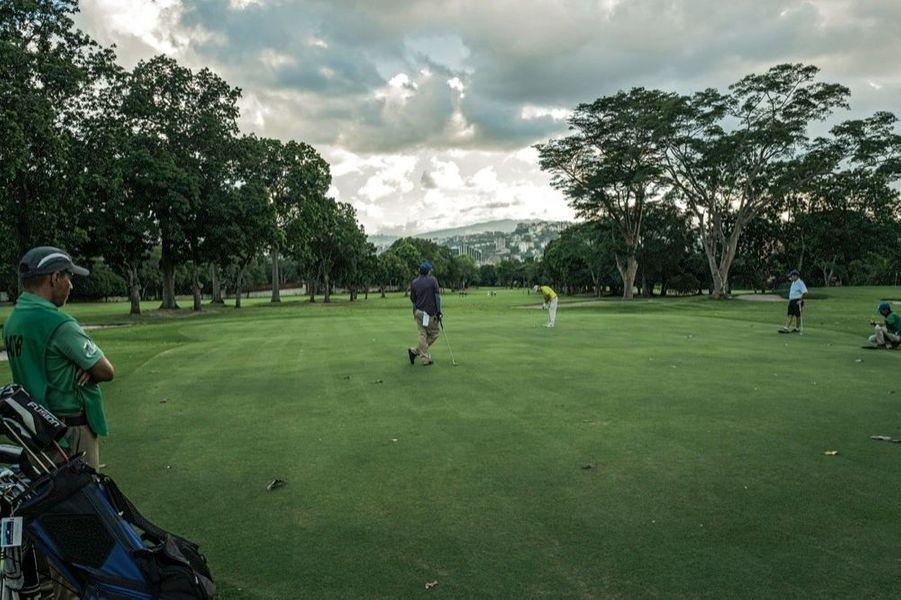 Le ticket d'entrée du club de golf de caracas est à 100 000 dollars. chaque membre doit être coopté.