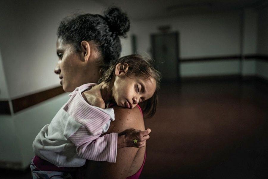 Dans le service de pédiatrie de l'hôpital universitaire de Caracas, cette petite fille de 5 ans, décharnée, souffre de diarrhées chroniques.